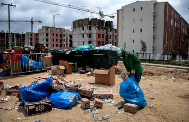 Jesús David Leal separa los residuos aprovechables en la Villa Centroamericana.