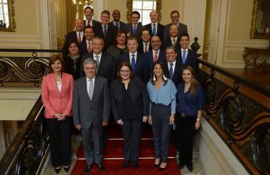 El presidente Santos posa junto a su gabinete luego de finalizado el último consejo de ministros del presente gobierno.