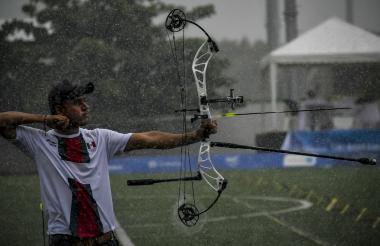 Romeo Treviño, integrante del equipo mexicano de arco compuesto, lanza su flecha en medio del fuerte aguacero que cayó ayer.
