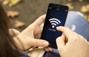 A la hora de hacer transacciones bancarias los expertos recomiendan la red de datos móviles.