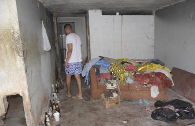 Jhon Ferrer muestra las condiciones de la vivienda.