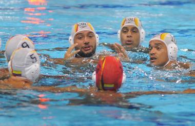 Alejandro Idárraga (centro) durante una partido de primera fase en el campeonato de polo acuático de los juegos en la piscina del Complejo Acuático Eduardo Movilla.