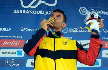 Éider Arévalo besa la medalla de oro.