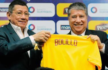 El entrenador colombiano Hernán Darío 'Bolillo' Gómez junto al presidente de la Federación Ecuatoriana de Fútbol, Carlos Villacis.