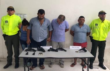 Los capturados y las armas de fuego incautadas.