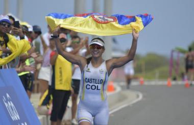 Diana Castillo cruzando la meta con la bandera de Colombia