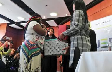 Mujeres de la Mesa Nacional de Víctimas entregan oficialmente a la JEP el informe de violencia sexual.
