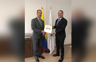 Luis Humberto Martínez, gerente ICA, y Anatolio Santos, secretario de Desarrollo, lideran plan contra HLB.