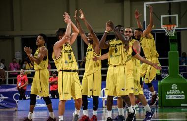 Los basquetbolistas del equipo de Colombia festejan la victoria sobre el representativo cubano.