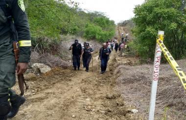 Miembros del CTI de la Fiscalía haciendo el recorrido en el sector enmontado de Miramar.