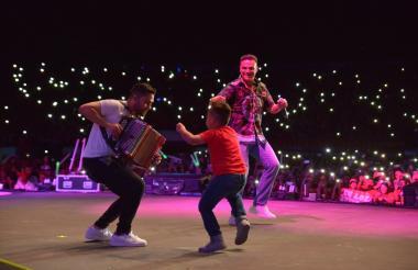 Silvestre Dangond junto a su acordeonero Lucas Dangond y su hijo Silvestre José.