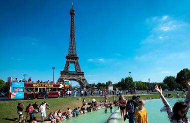 Turistas en las afueras de la Torre Effiel.