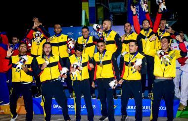Los miembros del equipo colombiano posan con las medallas de oro alcanzadas en los Juegos Centroamericanos y del Caribe.