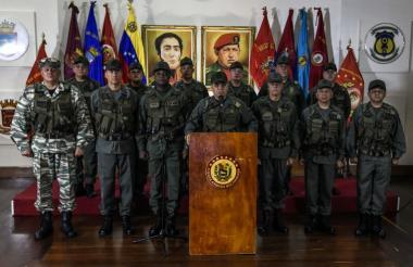 Vladimir Padrino, ministro de Defensa de Venezuela, lee el comunicado de apoyo al presidente Maduro.