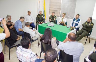Las autoridades y los comerciantes reunidos en Maicao.
