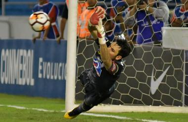 Sebastián Viera fue determinante en la tanda de penales ante Lanús. Momento en el que ataja un cobro.