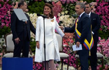 Marta Lucía Ramírez lució un diseño de Francesca Miranda. Al presidente Duque lo vistió Ricardo Pava.