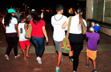 Menores venden dulces a los turistas en el Centro Histórico de Cartagena.