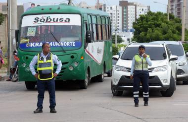 Agentes regulan el tránsito en el Corredor Universitario, a la altura de la UA.