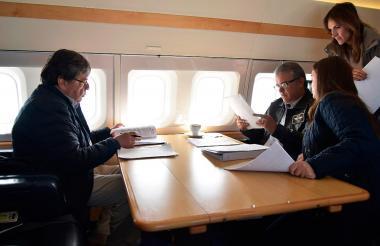 El canciller Carlos Holmes Trujillo y el presidente Duque revisan papeles durante el vuelo a San Andrés.
