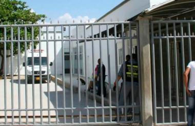 Fachada de la clínica Adelita de Char donde llegaron sin signos vitales los dos hombres atacados a bala.