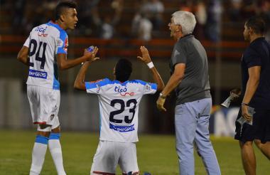 El DT Julio Comesaña dándole indicaciones a Cantillo, mientras Luis Díaz celebra su gol ante el Envigado.