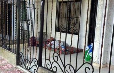 Venezolanos durmiendo en una terraza.