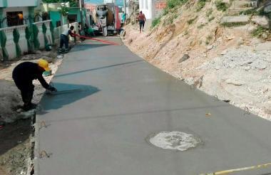Trabajo de pavimentación en barrio de Cartagena.