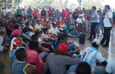 Personal de la Alcaldía dialoga con los mototaxistas.