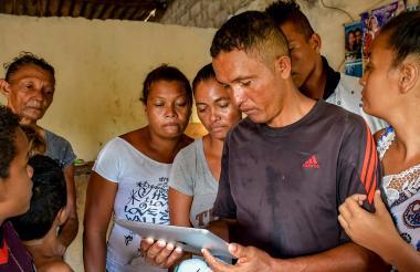 Familiares de José Sarmiento Martelo miran un video de él en la prisión.