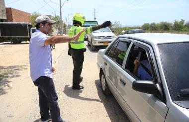 El alcalde Alejandro Char saluda a ciudadanos que se desplazan por la carrera 38.