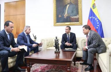 Reunión del canciller venezolano Jorge Arreaza y el consejero de la embajada de Colombia, Augusto Blanco.