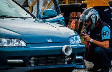 José Víctor Álvarez al lado de su Honda Civic, el vehículo que lo hizo campeón.