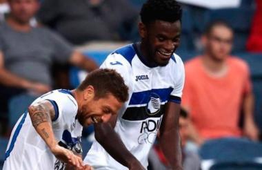 Duván Zapata celebra su gol con el 'Papu' Gómez.