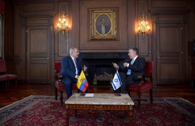 El embajador de Israel en Colombia, Marco Sermoneta, y el expresidente Juan Manuel Santos.