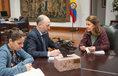El embajador de Israel en Colombia, Marco Sermoneta, en su encuentro con la vicepresidenta Marta Lucía Ramírez.
