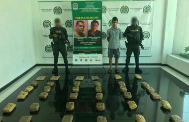 El capturado, Juan Camilo López Herrera, y la marihuana decomisada.