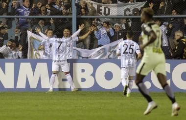 Leandro Diaz, jugador del Atlético Tucumán de Argentina, celebra con sus compañeros después de anotar contra Atlético Nacional.