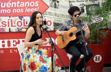 Catalina García y Nicolás Junco en las instalaciones de EL HERALDO cantan 'Encanto tropical'.