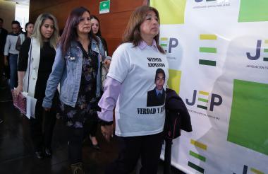 Las madres de los jóvenes de Soacha ingresan a la audiencia de este viernes en Bogotá.