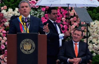 Durante su posesión, Duque pronunció un discurso conciliador que contrastó con el del senador Macías.