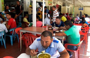 Los almuerzos corrientes se encuentran en diversas presentaciones y precios, se caracterizan por tener una proteína, arroz, tajada, ensalada, sopa y jugo.