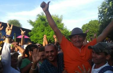 Julio Díaz es felicitado por sus partidarios.