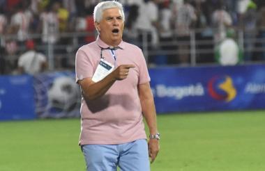 Julio Comesaña, director técnico de Junior celebrando el primer gol de Luis Díaz.
