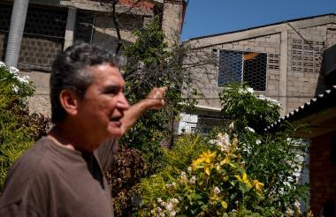 Nelson señala la ventana de donde sale el ruido.