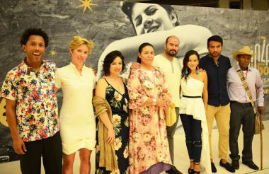 Elenco de la película 'Pájaros de Verano' junto a sus directores.