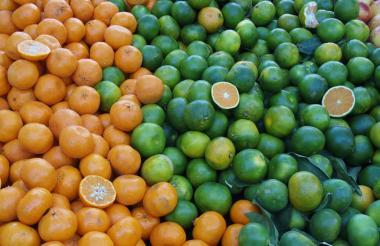Naranjas apiladas en un centro de venta.
