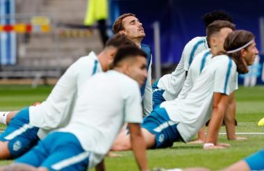 Antoine Griezmann entrenó este martes con sus compañeros del Atletico Madrid.