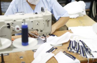 Operaria que trabaja en una empresa del sector de textiles y confecciones.