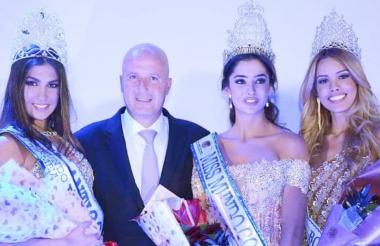 La virreina Melissa López (señorita Antioquia), la nueva Miss Mundo Colombia Laura Osorio (señorita Medellín) y la primera princesa Paola Castellin (señorita Bolívar) junto a uno de los patrocinadores del certamen.